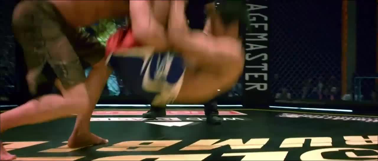 男子拳赛被打出血,还好没有大事,终于撑过比赛