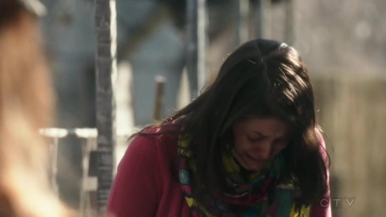 金妮摇醒了凯莉,并告诉凯莉,是巴洛将凯莉打晕的