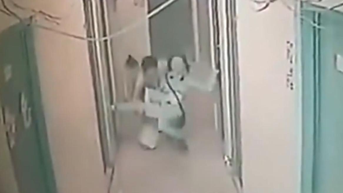 #搞笑趣事#女子经过走廊,突然被隔壁男子拖入房中,监控拍下女子无助画面