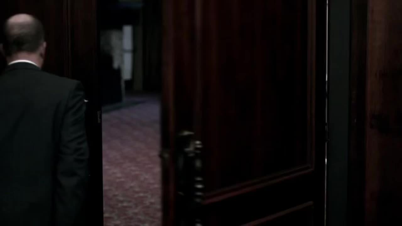 在会议现场,一名男子推开门,把恶魔放了进来