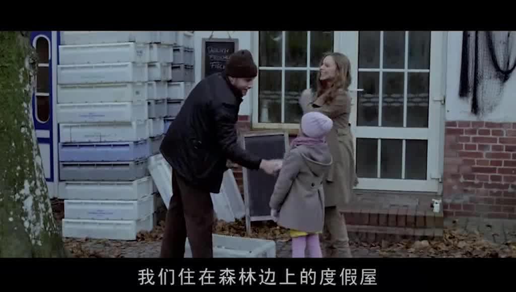 汉娜和搬东西的男人撞到,男人送汉娜回家,克拉丽莎好奇询问