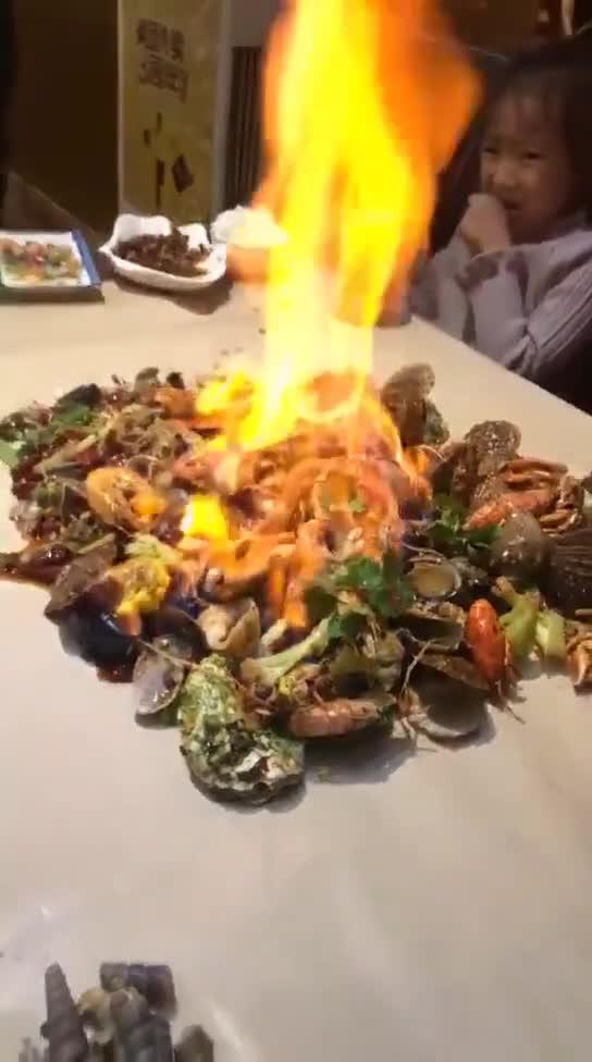 #搞笑趣事#这家餐厅太有创意了,手抓海鲜,吃起来肯定很过瘾