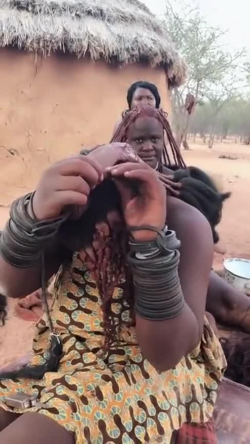 非洲红泥族的人,一辈子不洗头也不洗澡!