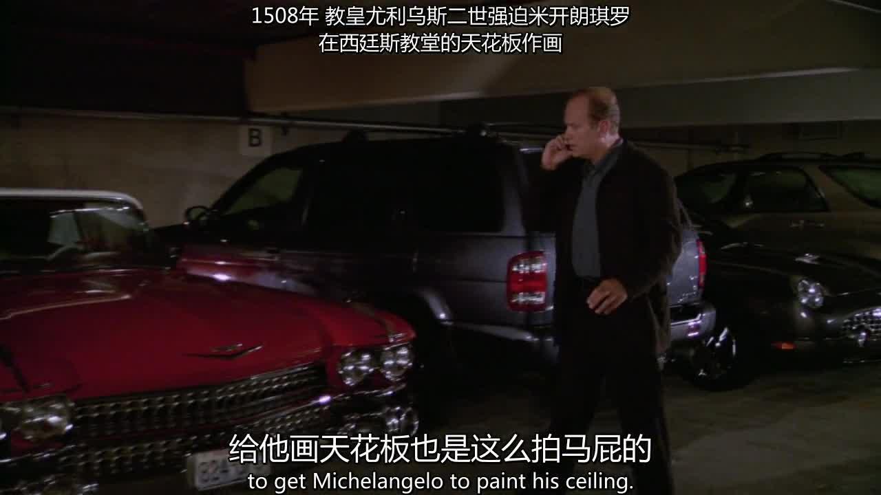 男子在停车场里打电话,突然看见一辆车,他找到了钱夹的下落