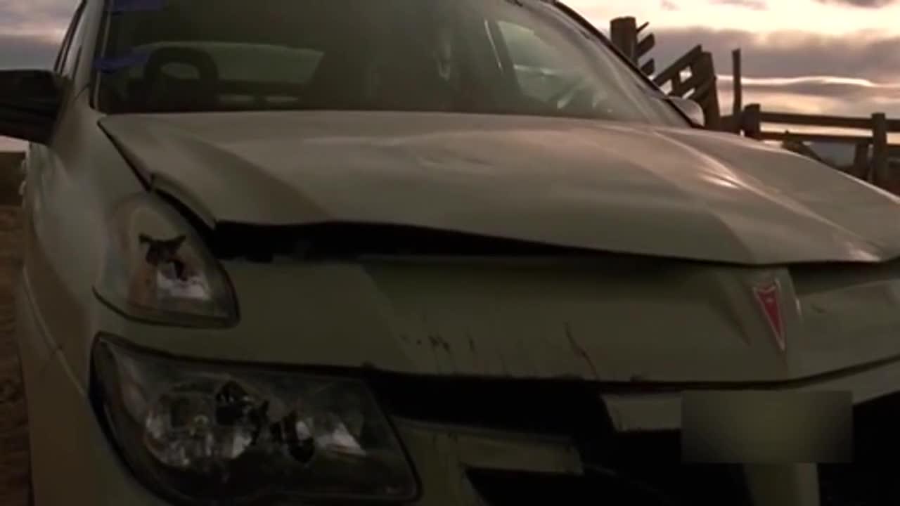 通过调焦距将视线聚集到车上,然后不断切人物脸部特写