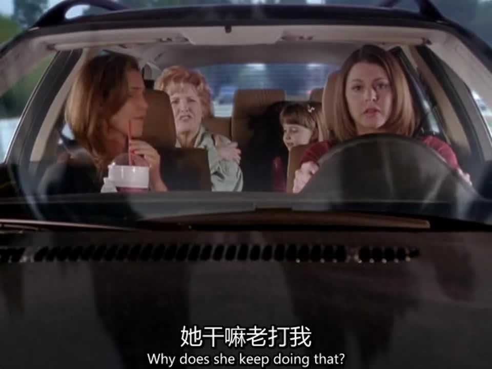 一家子自驾出外旅行,小女孩无故击打奶奶,奶奶竟然笑了