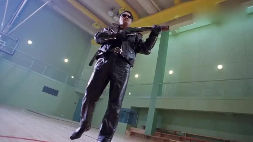 逃学威龙:大叔化身超级战士,拔枪上膛一气呵成,皮衣皮鞋太帅了