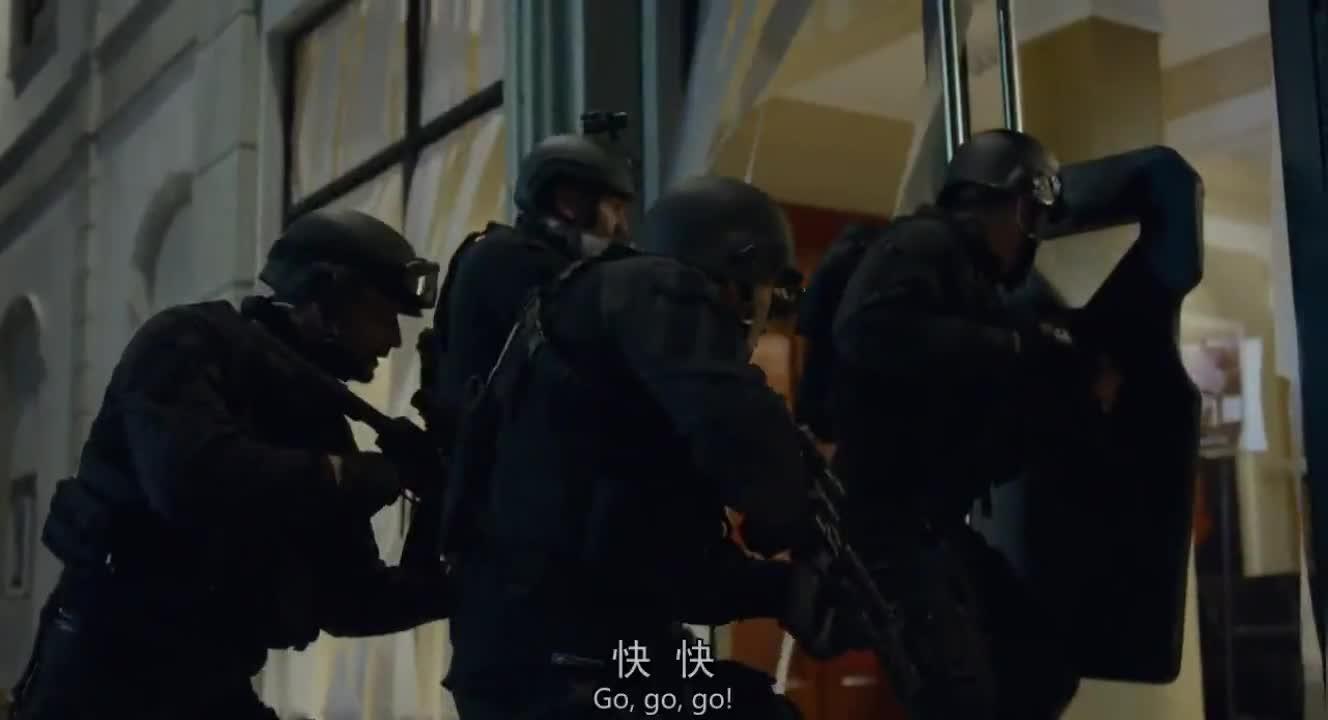#经典看电影#美国SWAT特警队出动,围攻特种兵出身的劫匪