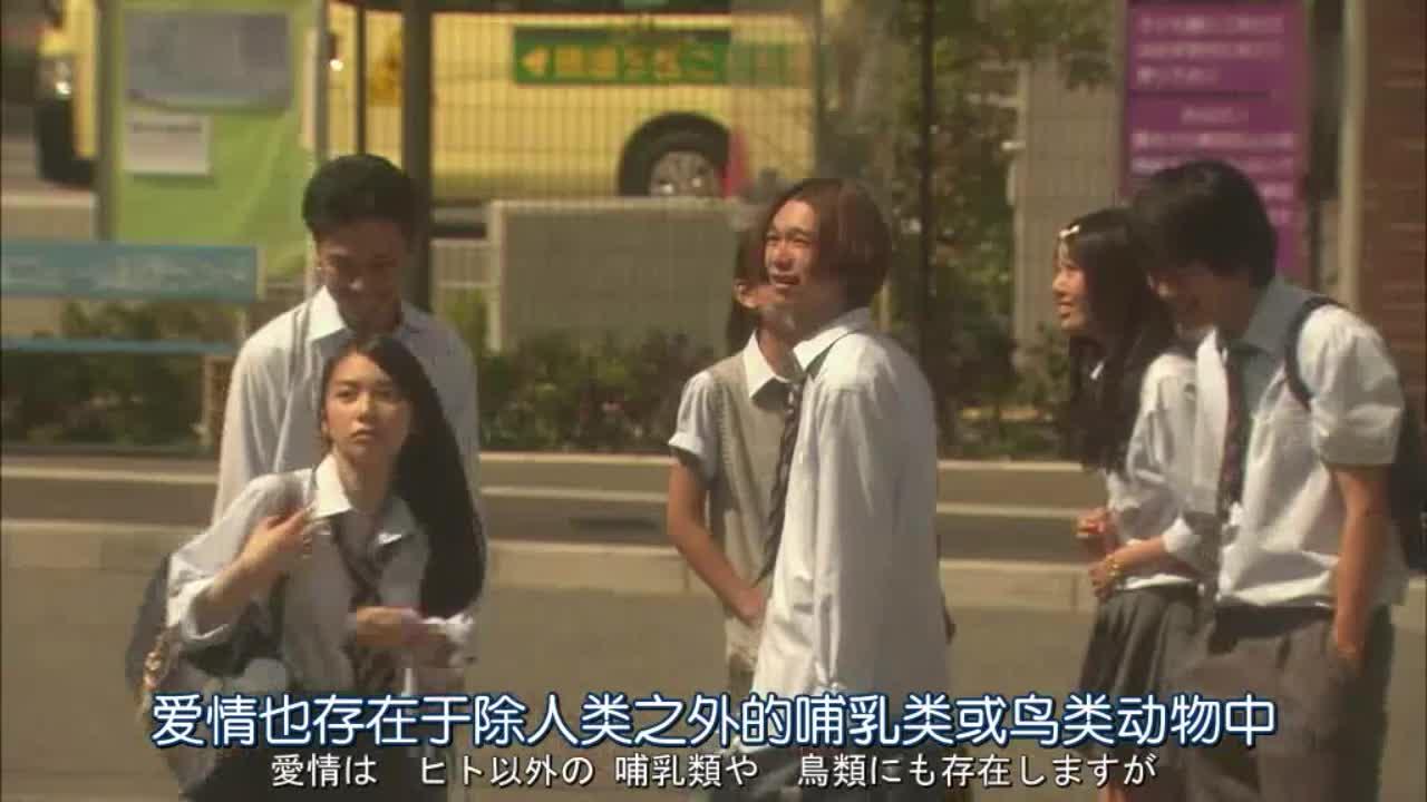 男子广场广播,女子在外等待,男子避而不见
