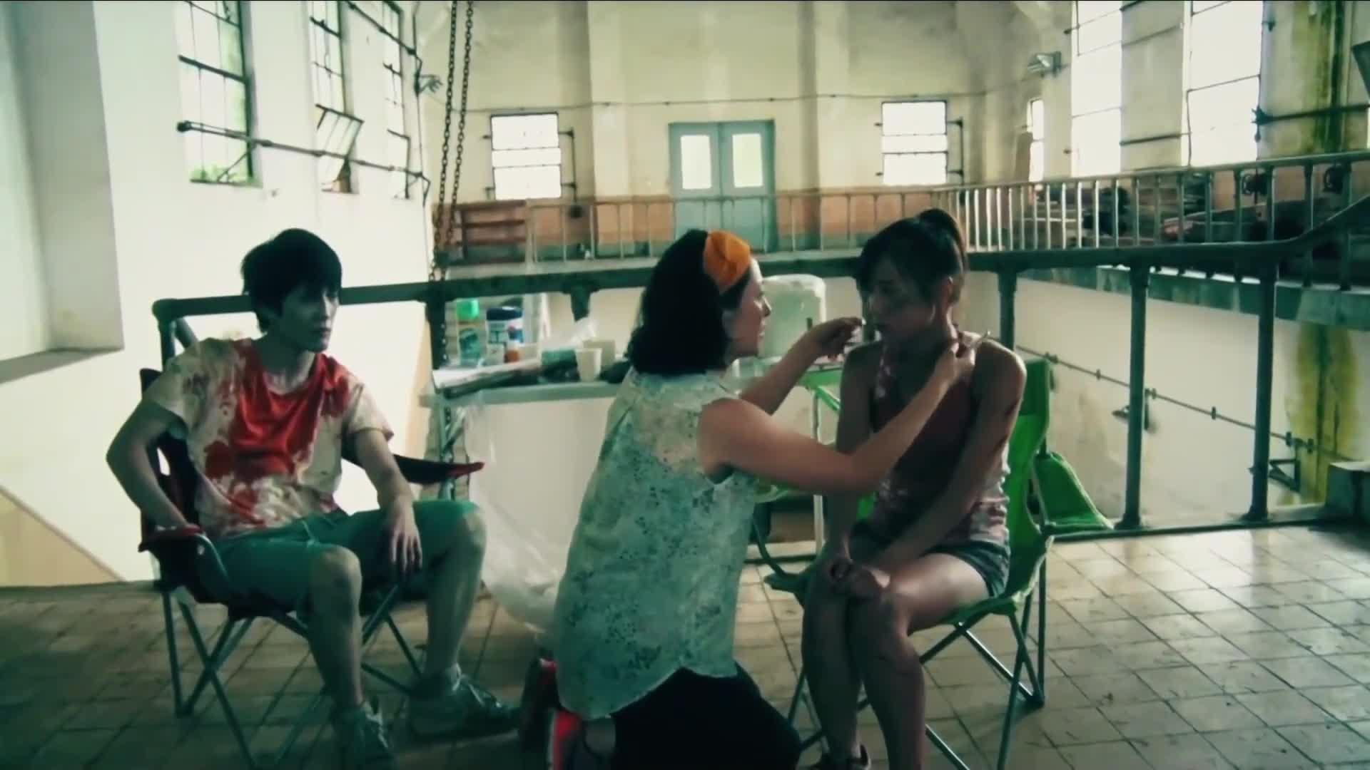 化妆师在为女孩化妆,突然做了这样的事,都吓坏了