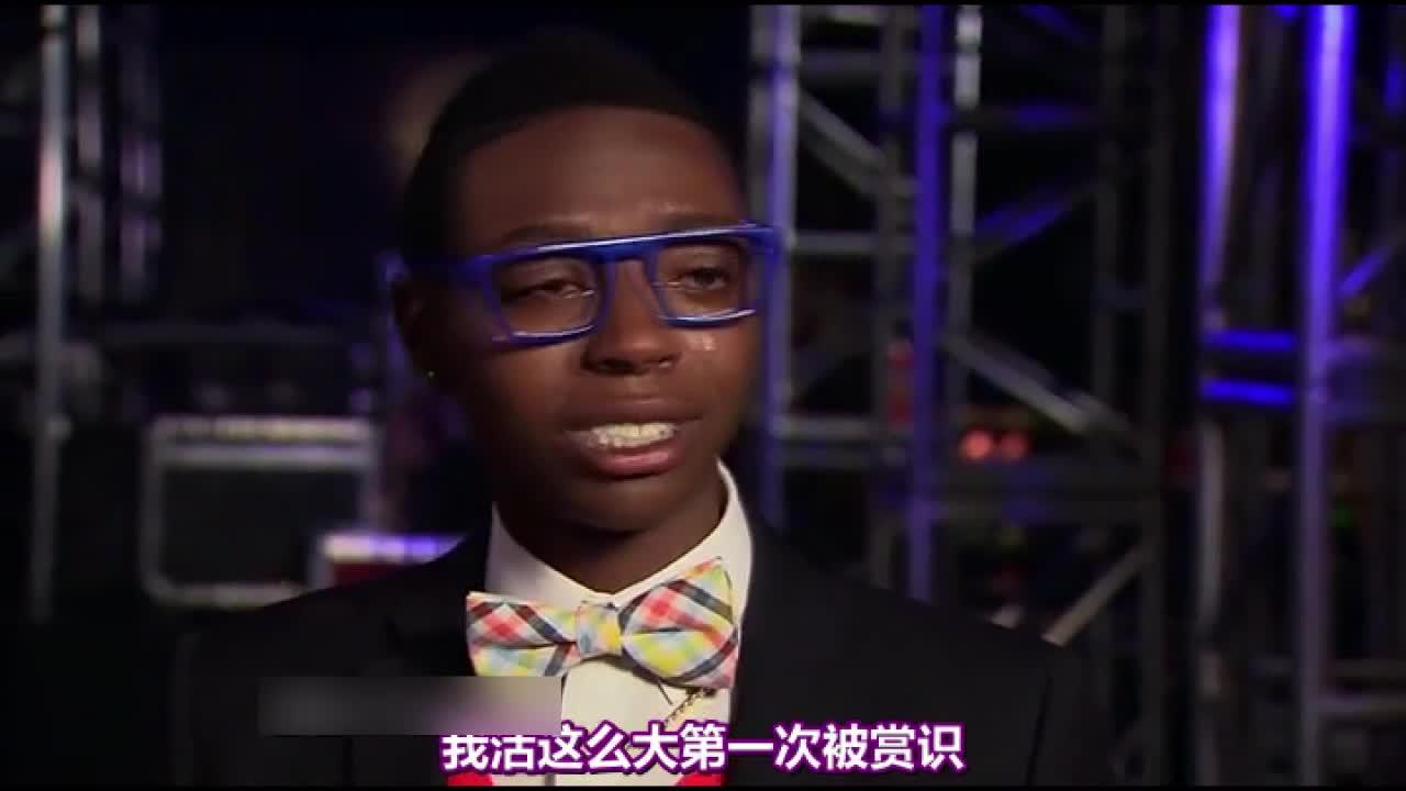 两位黑人擂台PK后,年轻的黑人小伙晋级,他激动地热泪盈眶