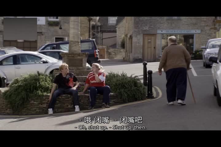 两人坐在街上闲聊,他说两人并无工作,两人如此反应?