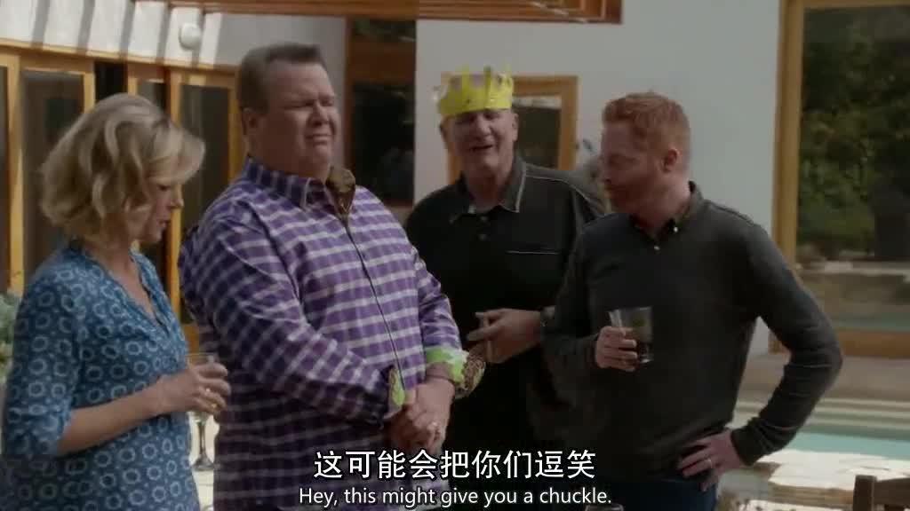 男子和伴侣聊天,另一边兄弟俩为了醒酒,泡进水缸