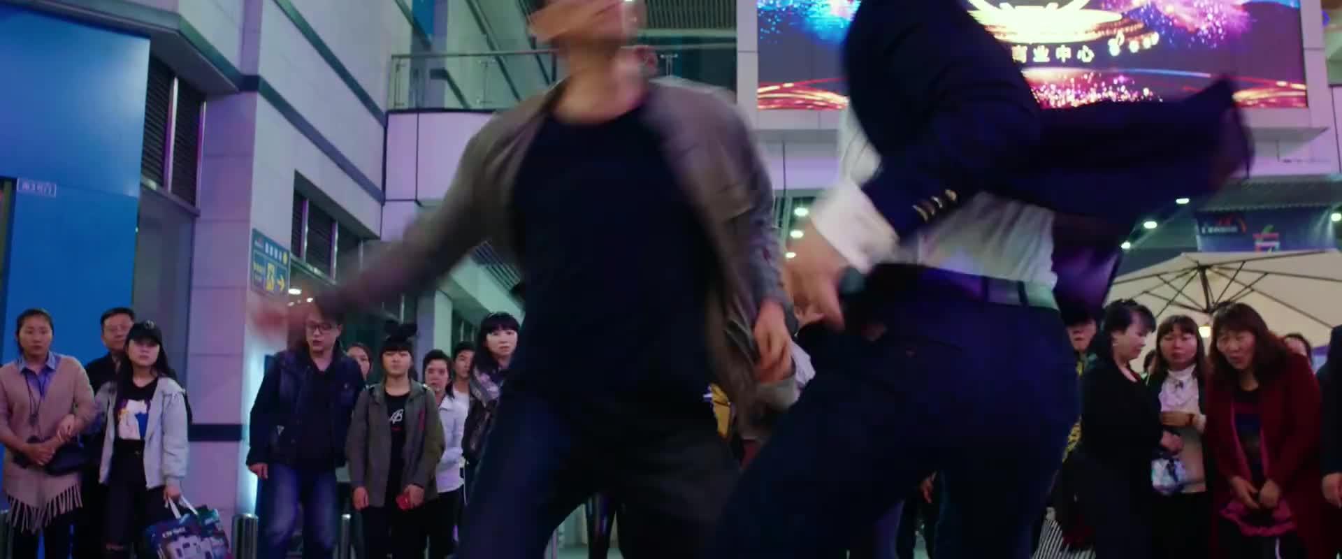 警察和富二代在商场内单打独斗,场面太刺激了,看着都疼