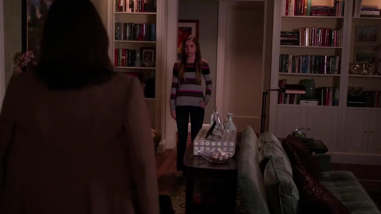 女子正要回自己的房间,妈妈突然叫了她,把她吓一跳!