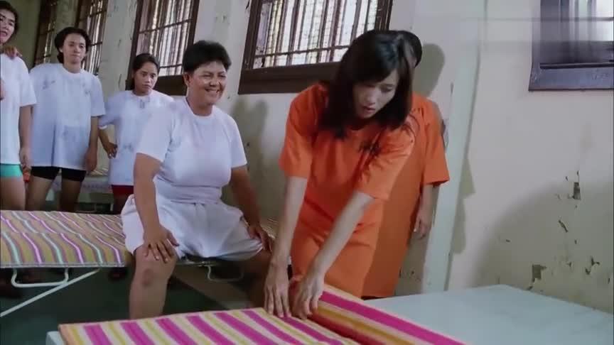热辣美女进监狱,大姐大想要给她个下马威,不料却被她揍了一顿