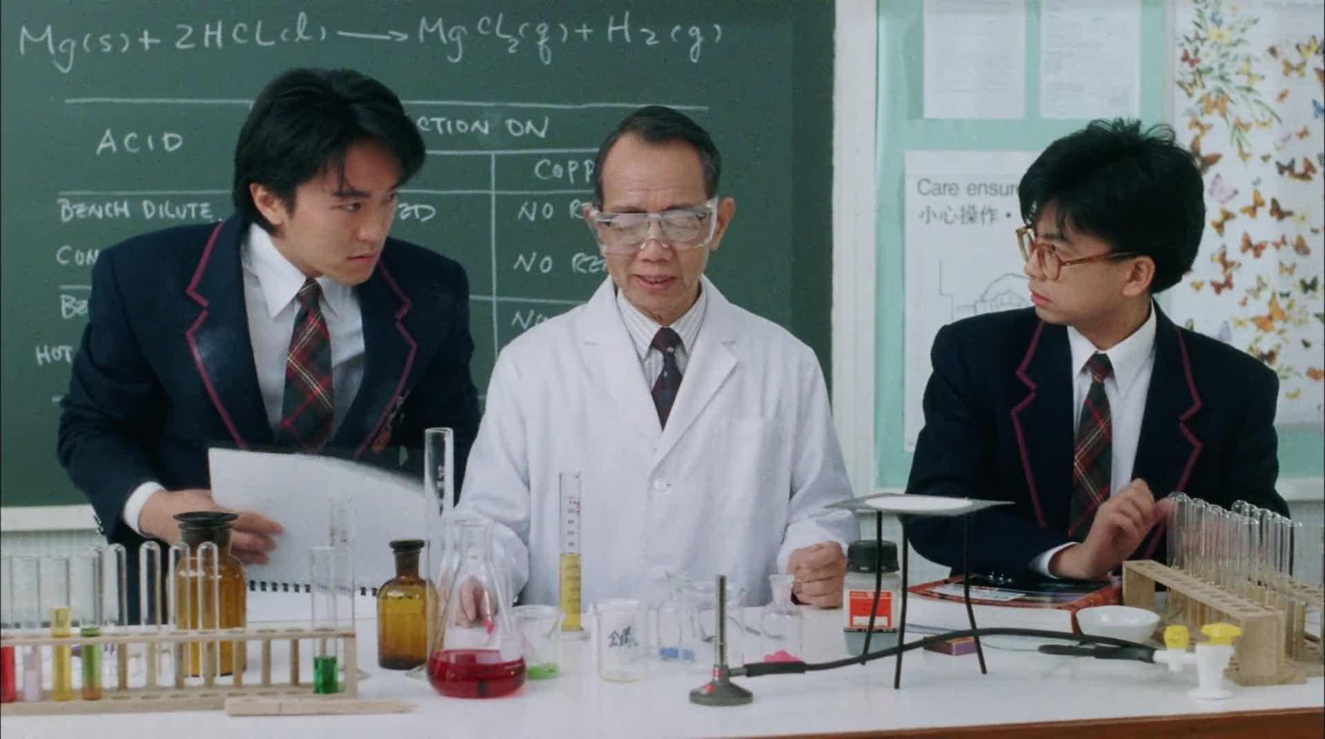 #经典看电影#化学老师记性不好,还要星爷帮助做实验,结果差点炸死大家!