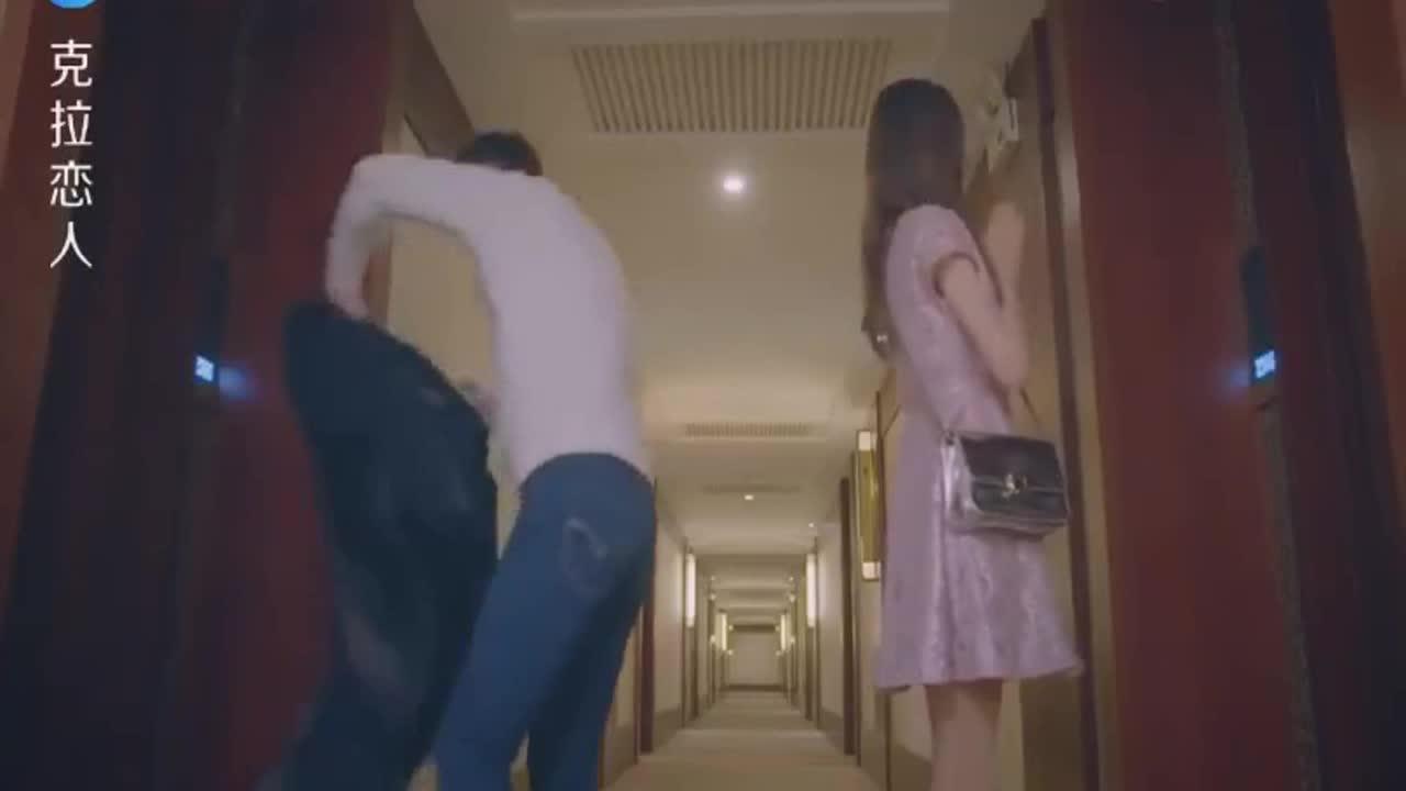 #经典看电影#小伙从房间出来碰见了闺蜜,两人一见面就互相指责,谁也不相信谁