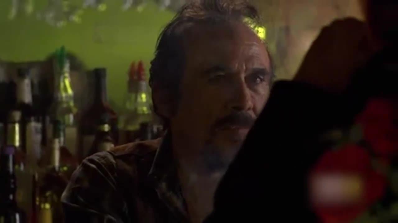 一大哥在酒吧喝酒,酒吧前台劝他慢喝却被骂了一顿