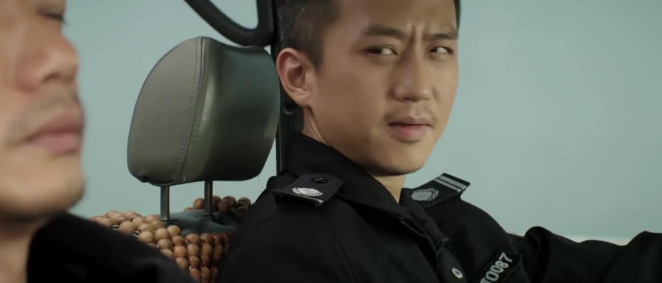 #经典看电影#走路上窦娥能遇上抢劫犯,警察眼镜好毒,看呆邓超啊。