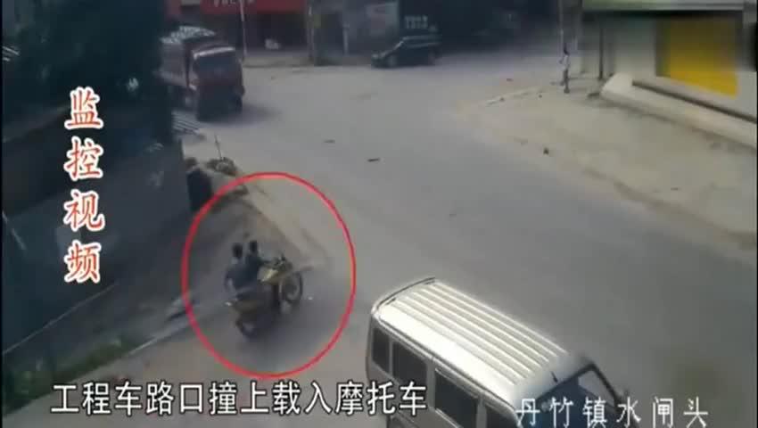 货车撞来一瞬间,摩托车后座男子这样做,捡回了一条命!