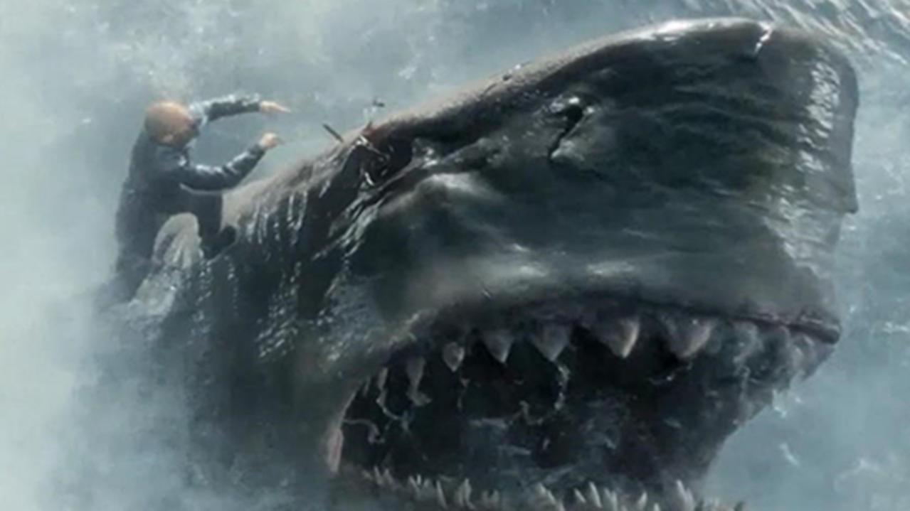#电影最前线#杰森斯坦森最新动作大片《巨齿鲨》,为救美女一人单挑远古巨兽
