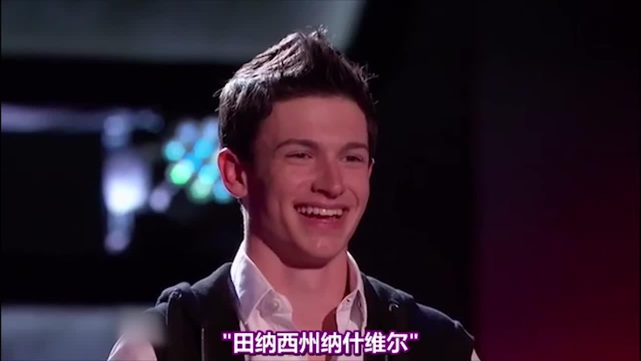 这个少年在舞台上时,有着不符合他年龄的自信