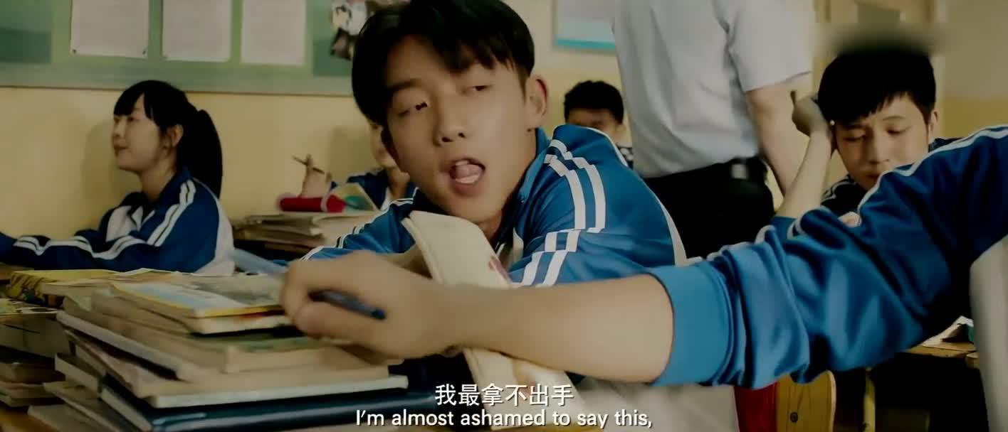 #经典看电影#郑凯暗恋张子萱,上课扔课本,好嚣张啊。