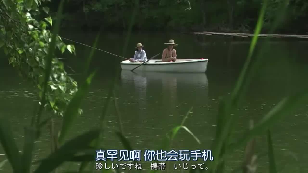 女子请求男子经验,俩人坐船钓鱼,这风景太美了