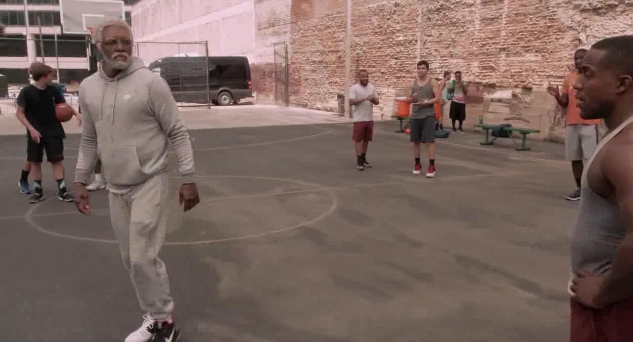 小伙在篮球场看球赛,听到这个名字后,立马觉得有希望了