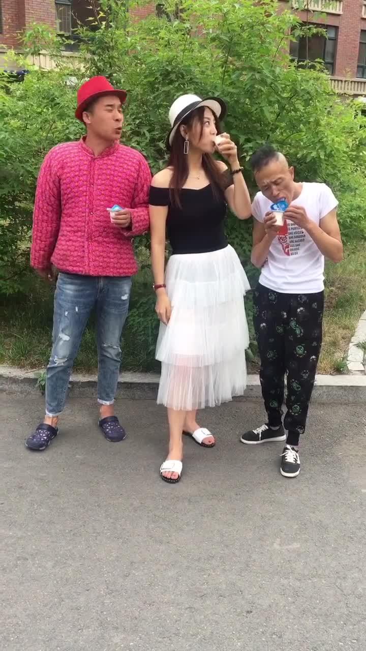 #搞笑趣事#爆笑,三人比喝酸奶,小伙喝酸奶只添瓶盖,结果我笑喷了....