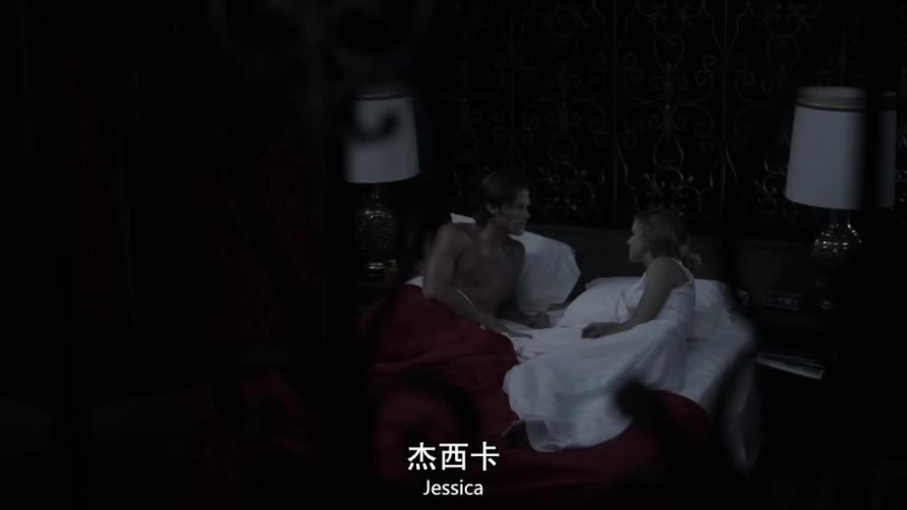 男子觉得床上有动静,回头一看,一名少女正躺在自己身边