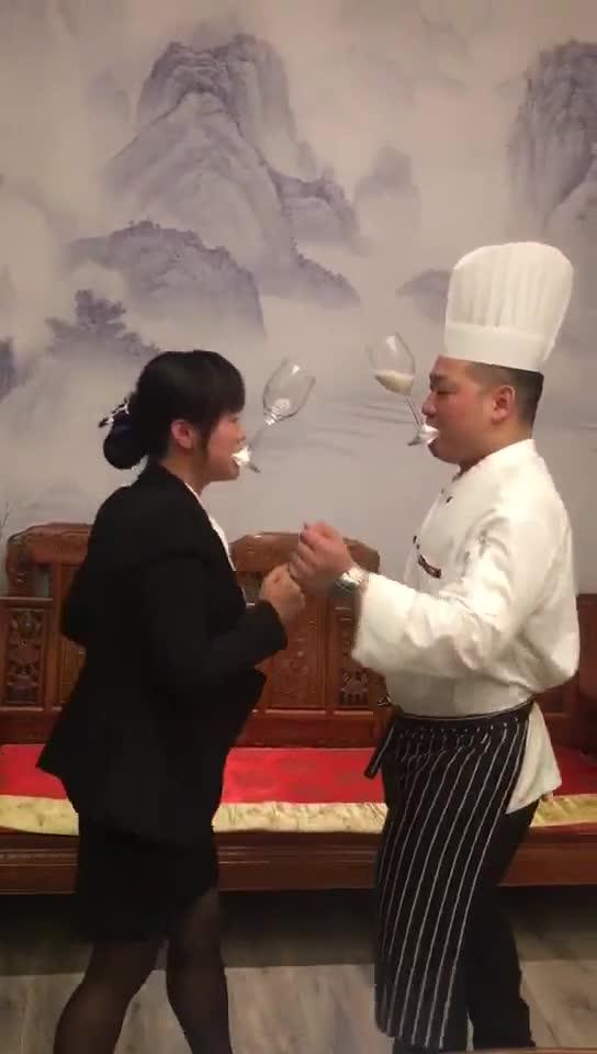 #搞笑趣事#为什么服务员都喜欢厨师?白色液体喷出来的瞬间我笑了