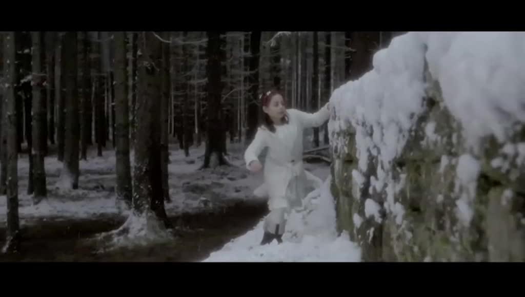 小时候的汉娜,和伙伴来到森林深处,地洞探险
