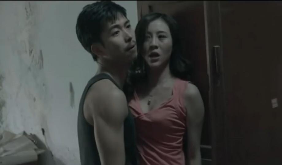#电影最前线#18岁少女被困在废弃旧楼里,两个男人的疯狂行为令人胆寒