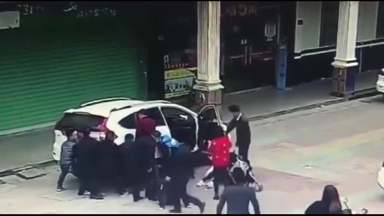 #车祸#白衣女子只顾玩手机 小孩被卷入车体 女子瞬间奔溃大哭