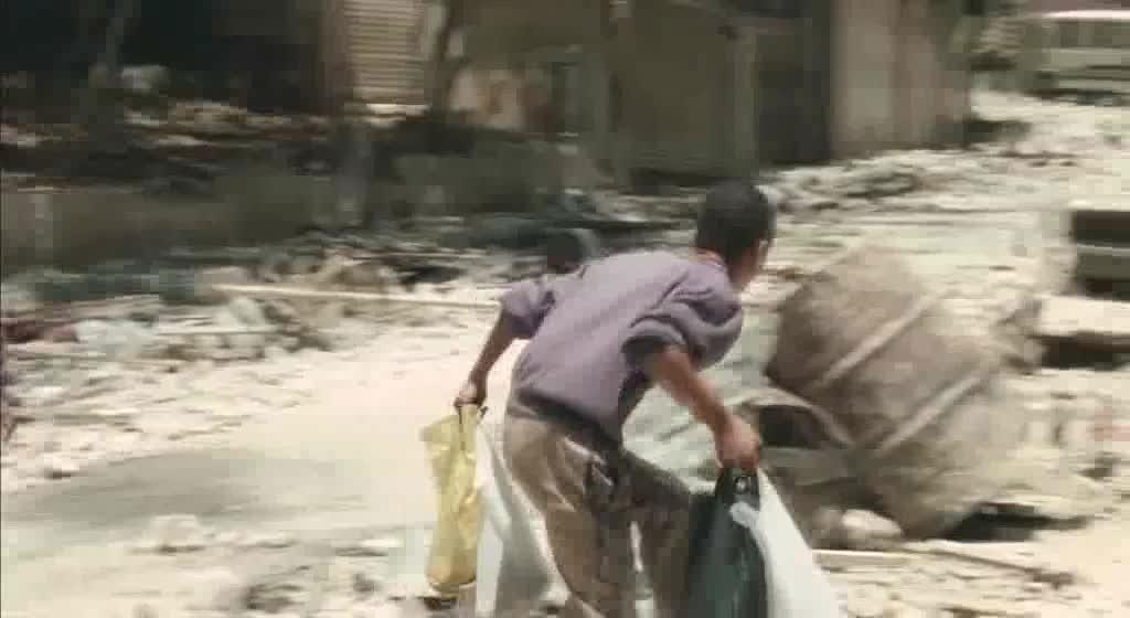 一群小孩在废墟里逃跑,居然会发生这种事,太残忍了