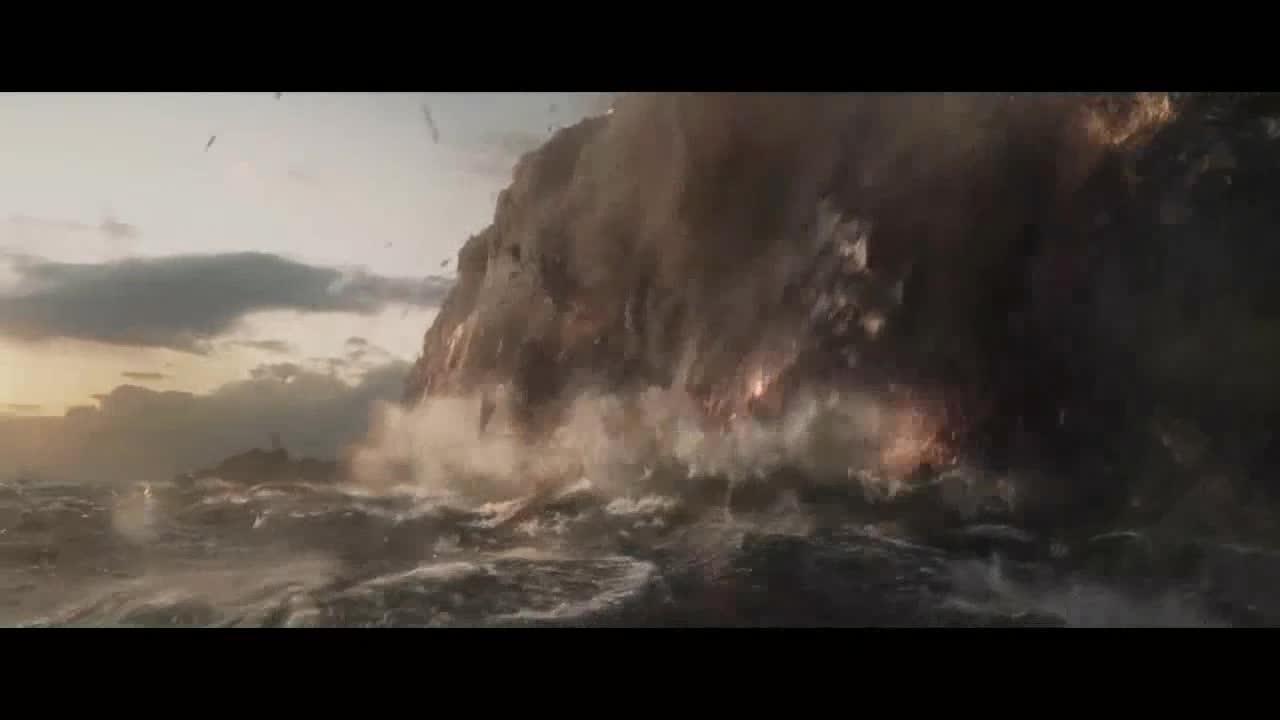敌人火力太猛,托尼掉入海底,在氧气用完之际,奇迹发生了