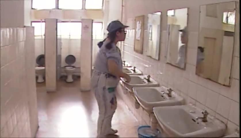 小胖妞你心真大,没发现厕所不对劲吗