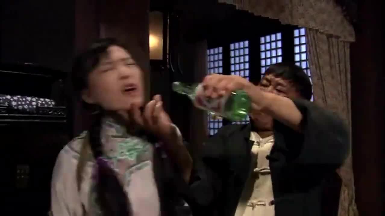 马夫给美女灌酒,趁她醉酒时竟将她糟蹋了