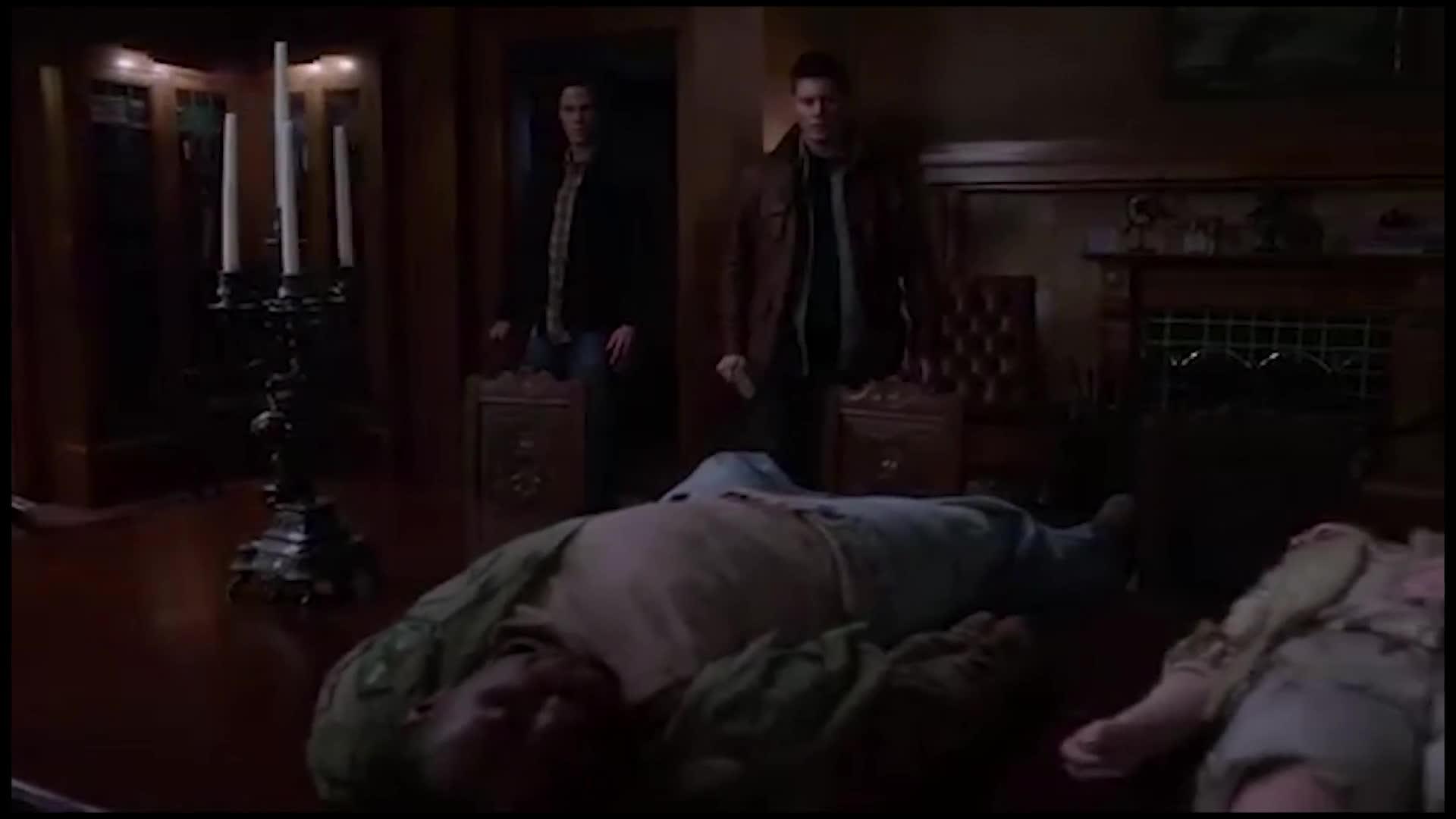 几个男子进到这个房间后,发现了这样的一幕,死的太惨了