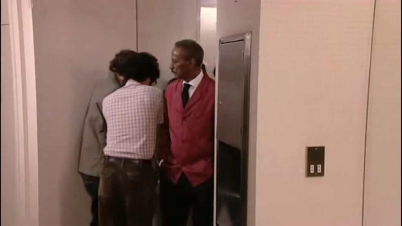 Moss和Roy也在戏院里出现了意想不到的状况
