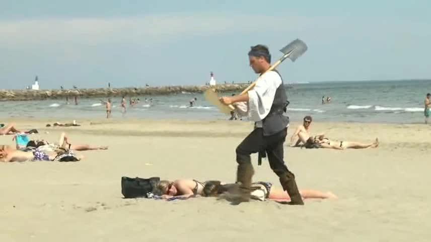 据说海滩边能挖到宝藏,我也去试试
