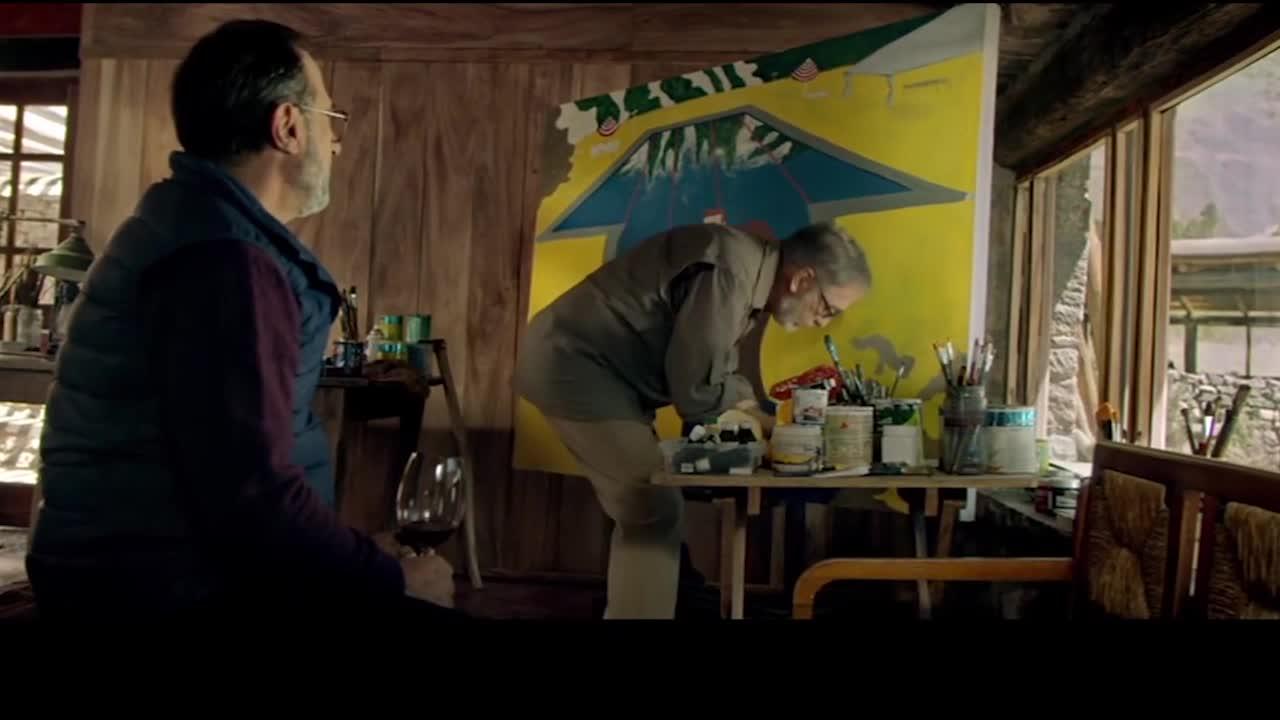 男主与众人在乡村度假,在交谈时发现来了摩托男,怀疑是劫匪.