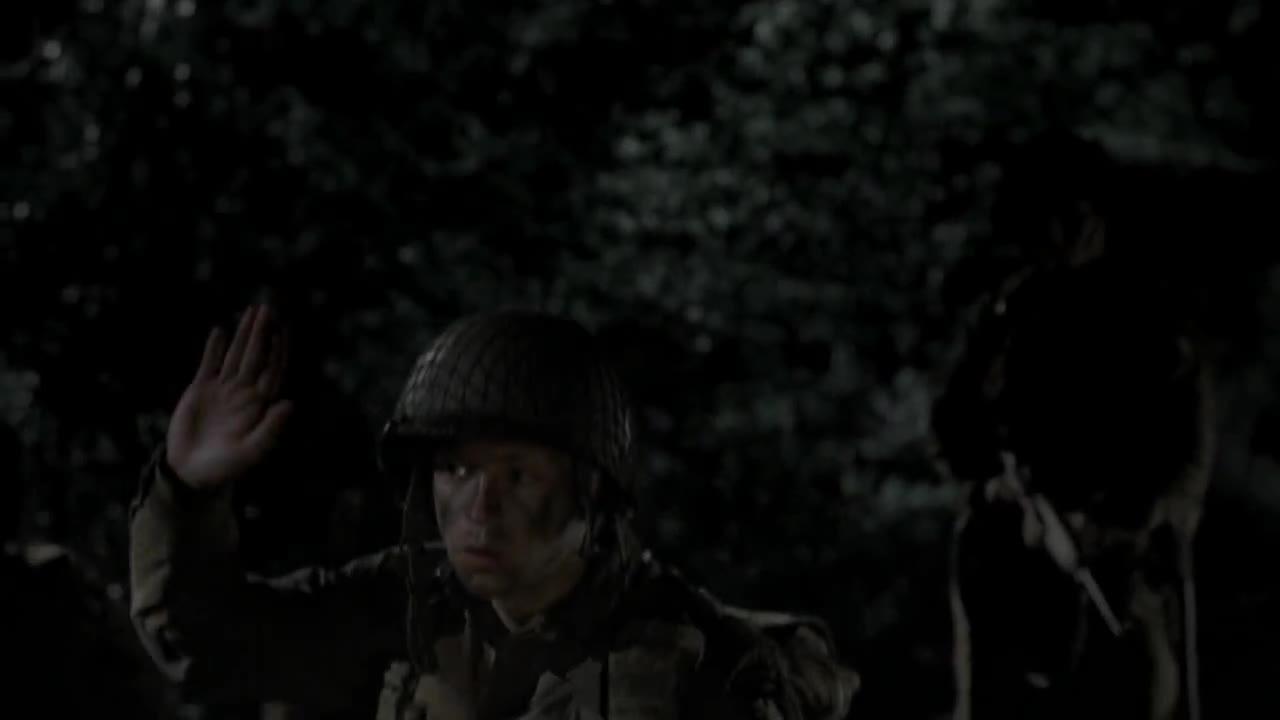 士兵们和长官出发,半路又遇到部下,士兵开始行动