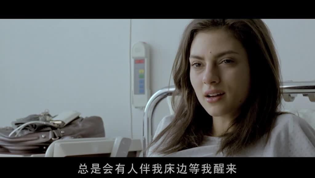 汉娜守在克拉丽莎的病床前,好友重逢,异常喜悦
