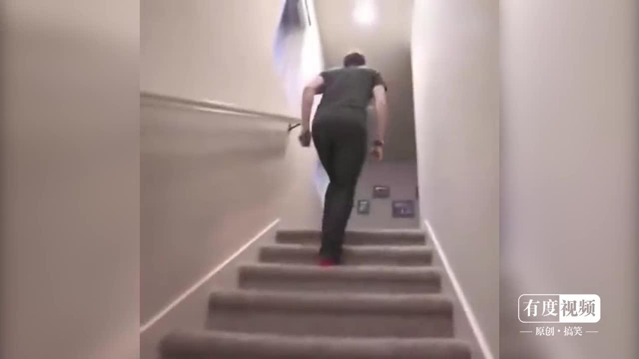 小女孩独自站在楼梯口,像每一位下楼的客人挥二次元男生女生图片