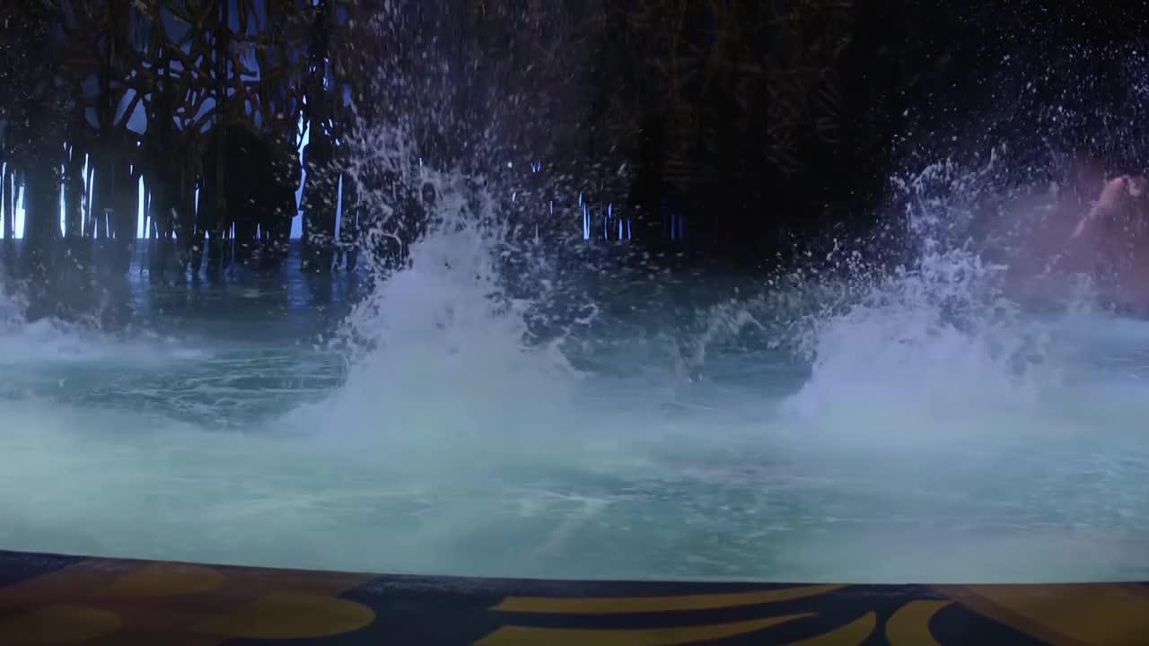 还能表演水中带火,不愧是太阳马戏团,实力就是强劲