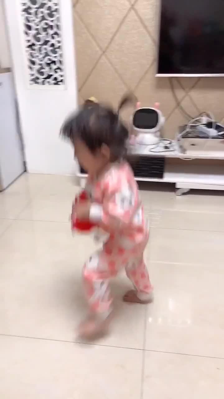 搞笑萌娃:宝宝生气了,这小动静太吓人了!