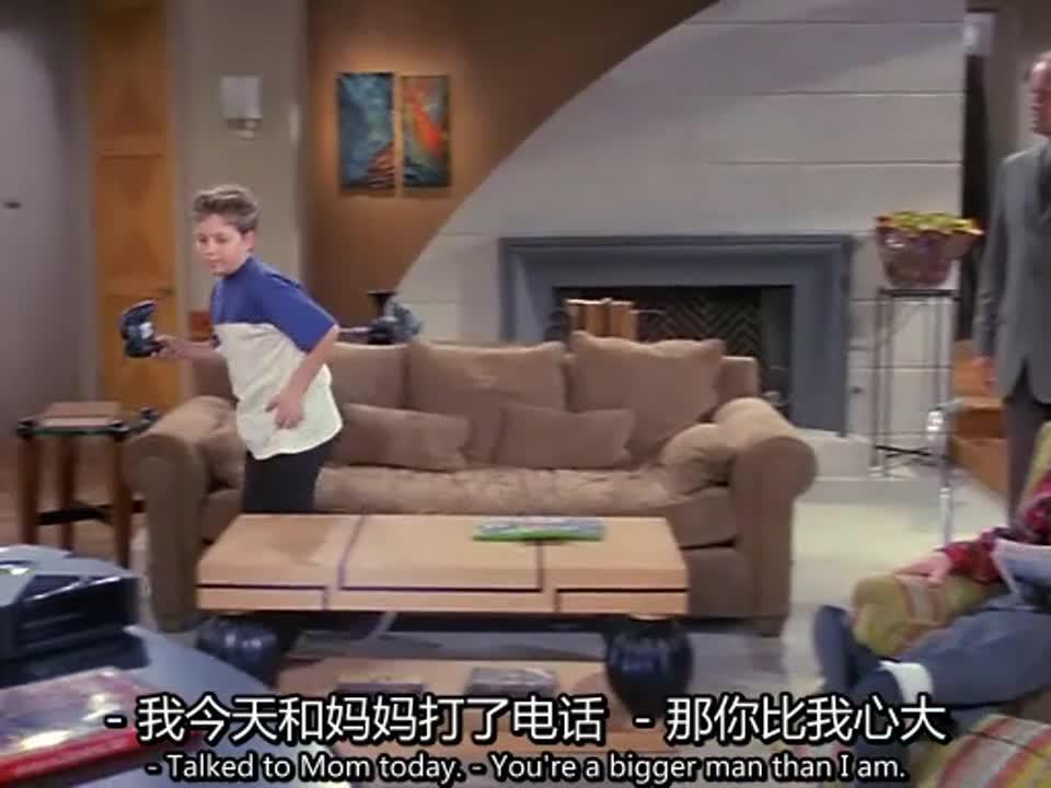 小男孩一直在玩游戏,而男子试图向儿子道歉,小男孩却离开了